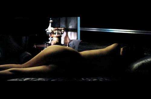 据香港媒体报道,张柏芝在新片《危险关系》中与张东健有不少大胆情欲镜头,故当网友看到其中一张女子背面全裸照即极为敏感,并推断相中人正是柏芝本人,虽然裸女身形与纤瘦柏芝略有出入,但网友以另一张柏芝躺在床上轻抬玉腿的剧照为例,并言之凿凿指两张照片皆为柏芝本人。香港媒体联络柏芝经理人,但至截稿前未有回覆。