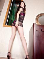 黑色蕾丝不是重点 裙下美腿诱人无限