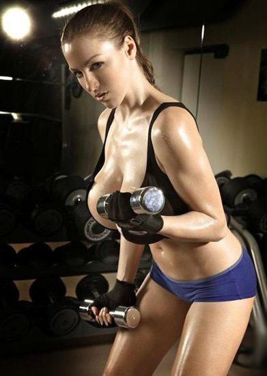 德国知名体育宝贝乔丹·卡佛在健身房里亲自示范拍摄了一组健身美胸方法,乔丹·卡佛的爆乳和曼妙的身材,绝对足够吸引男人的眼球。