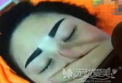 女子纹眉成关公眉