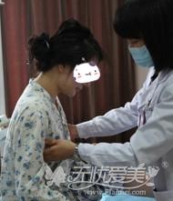 去深圳美莱隆胸手术后医生检查