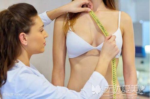隆胸医生会设计合适的假体大小