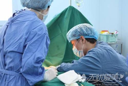 传统假体隆胸手术盲视下进行